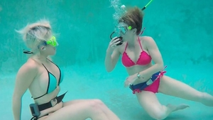 Very kinky lesbo pussy licking & fingering underwater in HD